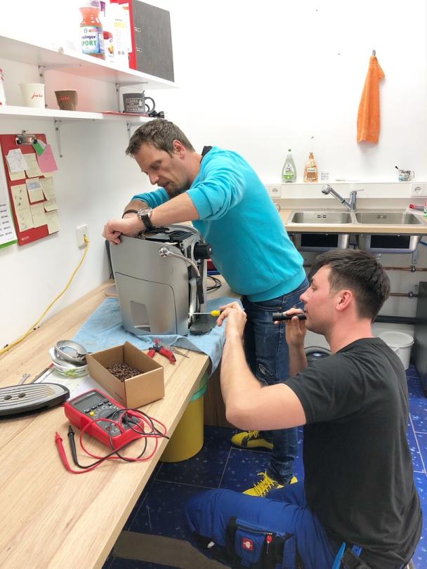 Techniker am Reparieren einer Saeco Kaffeemaschine in Böblingen