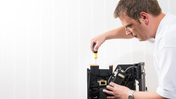 Techniker bei der Reparatur einer Jura Kaffeemaschine in Böblingen